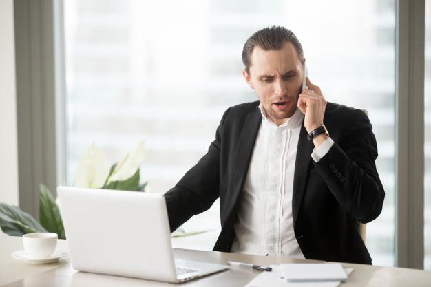 hombre-negocios-enojado-hablando-celular_1163-5419